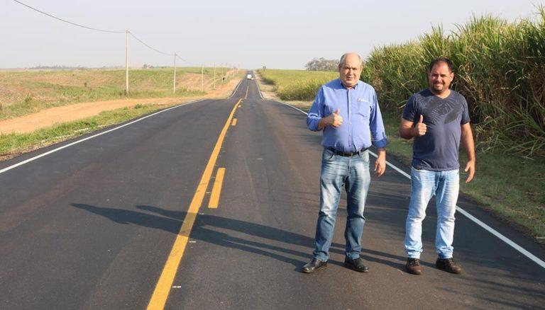 Prefeito Carlão e vereador Fábio Santos acompanham trabalho de recape na Rodovia Rafard-Porto Feliz