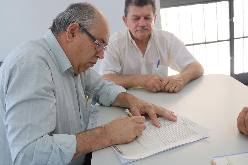 Prefeito Carlão assina termo de doação da Igreja Nossa Senhora Aparecida