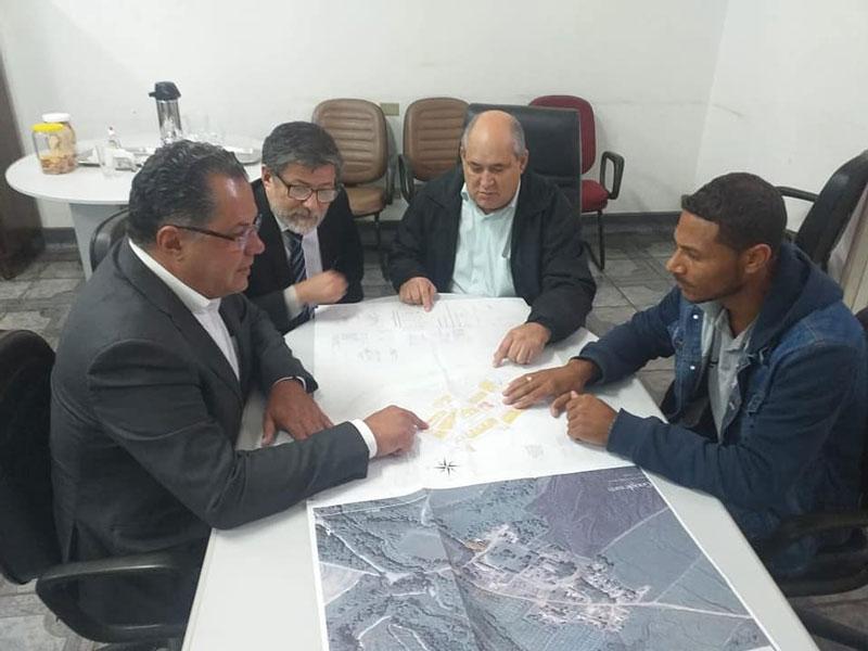 Read more about the article Para regularizar terrenos de Itapeva, prefeito Carlão se reúne com COHAB Bandeirante