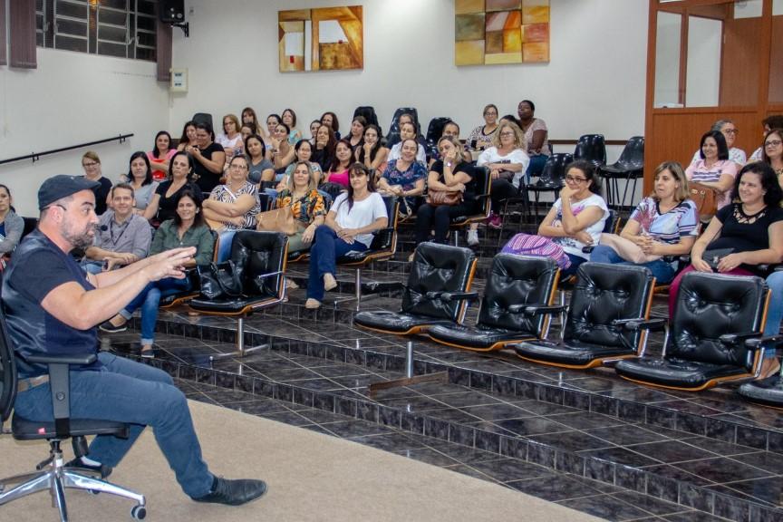 Professores de Rafard participam de HTPC com contador de histórias Rodrigo Libânio