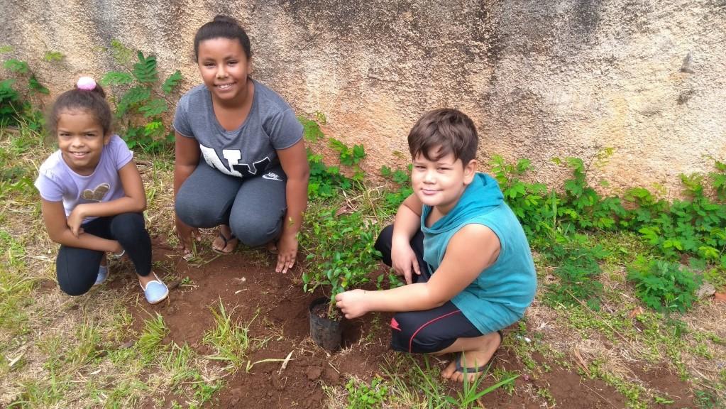 Grupo de Crianças do CRAS realiza plantio de árvores