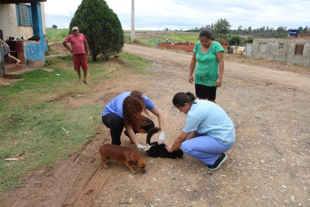 Equipe da Vigilância Sanitária realiza vacinação contra a raiva nos sítios