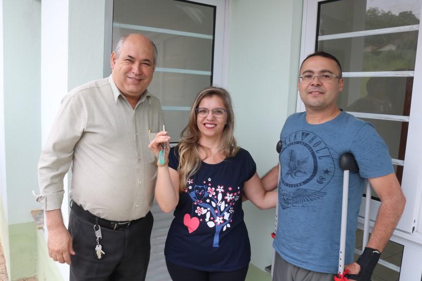 Read more about the article Prefeito Carlão entrega mais 27 Casas Populares