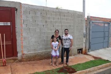 Moradores das Casas Populares recebem doações de mudas de árvores para plantio