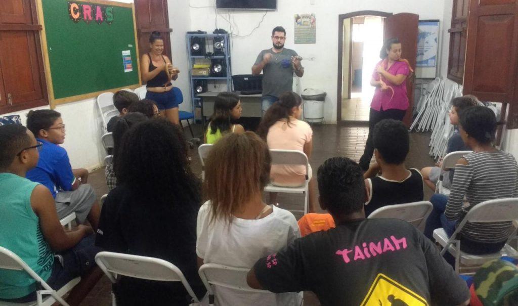 Chefe do Meio Ambiente ensina crianças do CRAS a valorizar animais e natureza