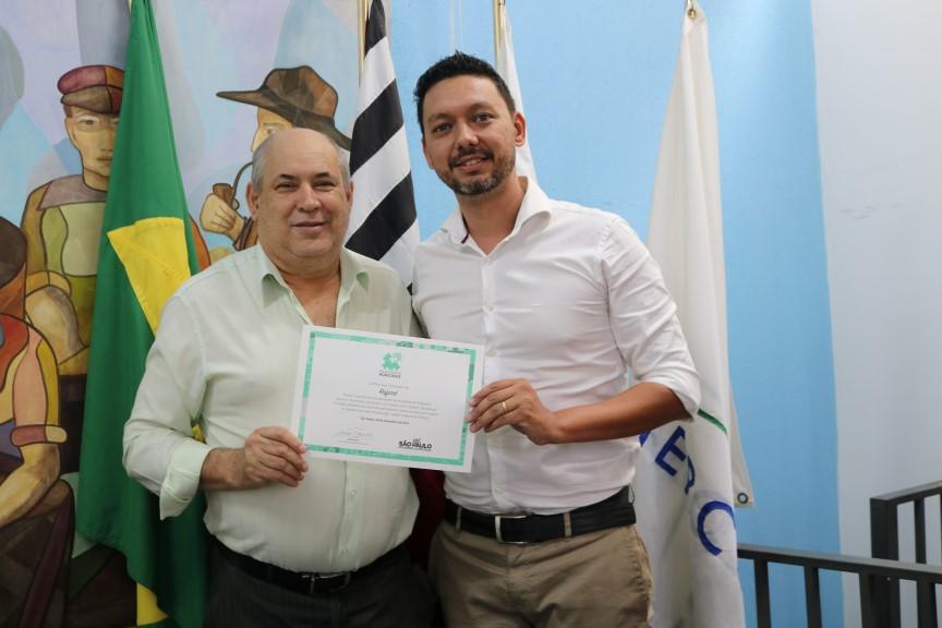 Prefeito Carlão recebe certificado do Programa Parcerias Municipais