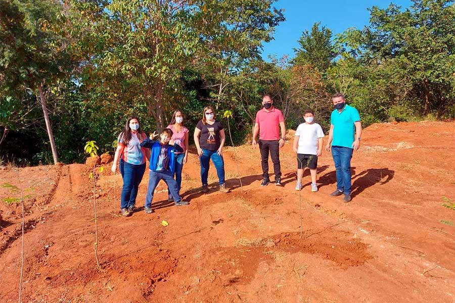Moradores e governo municipal se unem no plantio de árvores