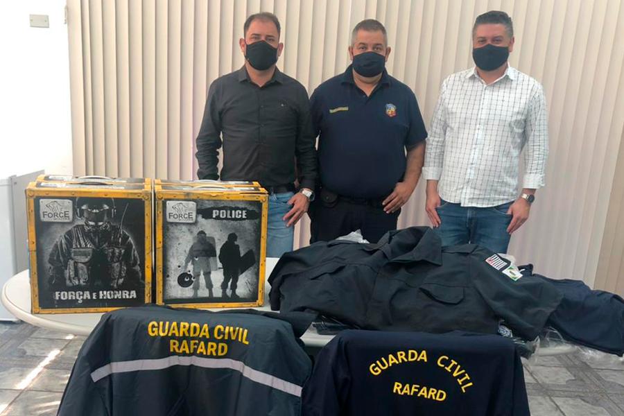 Read more about the article Prefeito Fábio Santos e Vice Wagner Bragalda investem em novo fardamento para a Guarda Municipal